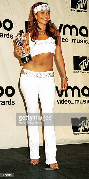 Jennifer Lopez wins the MTV award for Best Dance Video September 7 2000 at the MTV Awards at Radio City Music Hall in New York City