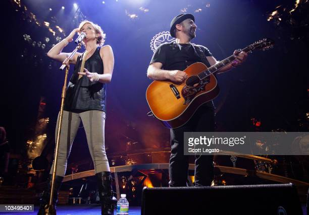 Jennifer Nettles and Kristian Bush of the band Sugarland performs at Freedom Hall on August 19 2010 in Louisville Kentucky