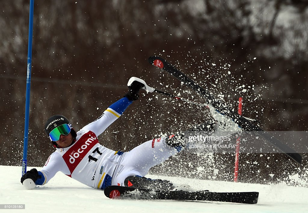 Jens Byggmark of Sweden falls on the course during the FIS Ski World Cup 2015/2016 men's slalom competition first run at the Naeba ski resort in Yuzawa town, Niigata prefecture on February 14, 2016. AFP PHOTO / TOSHIFUMI KITAMURA / AFP / TOSHIFUMI KITAMURA