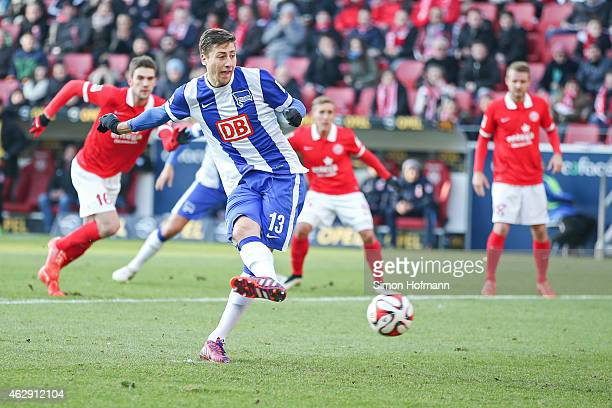 Jens Hegeler of Berlin scores his team's first goal with a penalty kick during the Bundesliga match between 1 FSV Mainz 05 and Hertha BSC at Coface...