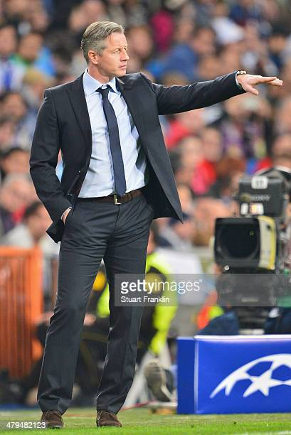 Jens Keller head coach of Schalke gestures during the EEFA Champions League round of 16 second leg match between Real Madrid CF and FC Schalke 04 at...