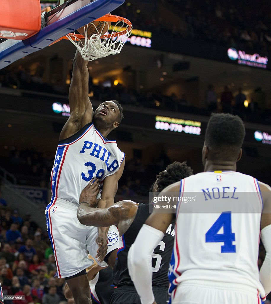 <a gi-track='captionPersonalityLinkClicked' href=/galleries/search?phrase=Jerami+Grant&family=editorial&specificpeople=6839405 ng-click='$event.stopPropagation()'>Jerami Grant</a> #39 of the Philadelphia 76ers dunks the ball against <a gi-track='captionPersonalityLinkClicked' href=/galleries/search?phrase=DeAndre+Jordan&family=editorial&specificpeople=4665718 ng-click='$event.stopPropagation()'>DeAndre Jordan</a> #6 of the Los Angeles Clippers on February 8, 2016 at the Wells Fargo Center in Philadelphia, Pennsylvania.