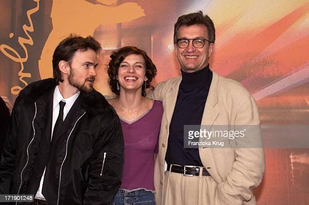 Jeremy Davies und Milla Jovovich und Wim Wenders Bei Pk Zu 'A Million Dollar Hotel' In Berlin Am 090200