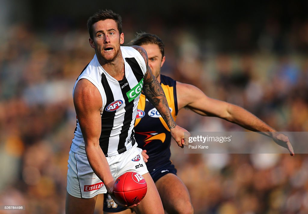 Jeremy Howe of the Magpies handballs during the round six AFL match between the West Coast Eagles and the Collingwood Magpies at Domain Stadium on May 1, 2016 in Perth, Australia.