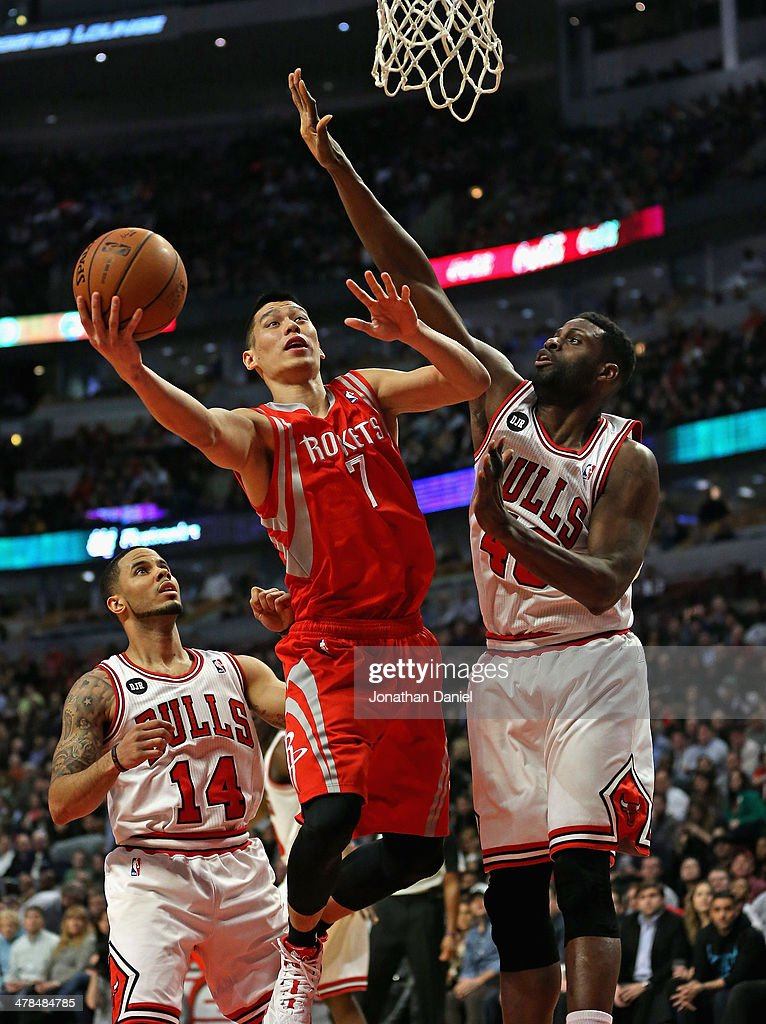 Jeremy Lin #7 of the Houston Rockets shoots betwwen D.J. Augustin #14 and Nazr Mohammed #48 of the Chicago Bulls at the United Center on March 13, 2014 in Chicago, Illinois.
