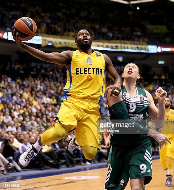Jeremy Pargo #4 of Maccabi Electra Tel Aviv competes with Darius Songaila #9 of Zalgiris Kaunas during the Turkish Airlines Euroleague Basketball Top...