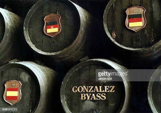 SherryKellerei 'Gonzales Byass' Fässer die mit Staatsflaggen von Deutschland der DDR und Spanien versehen sind 1998