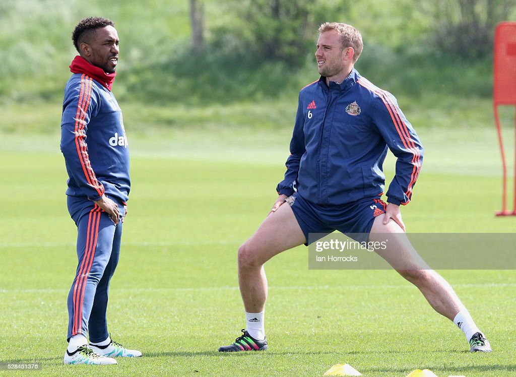 Jermain Defoe (L) and Lee Cattermole warm up together during a Sunderland training session at The Academy of Light on May 5, 2016 in Sunderland, England.