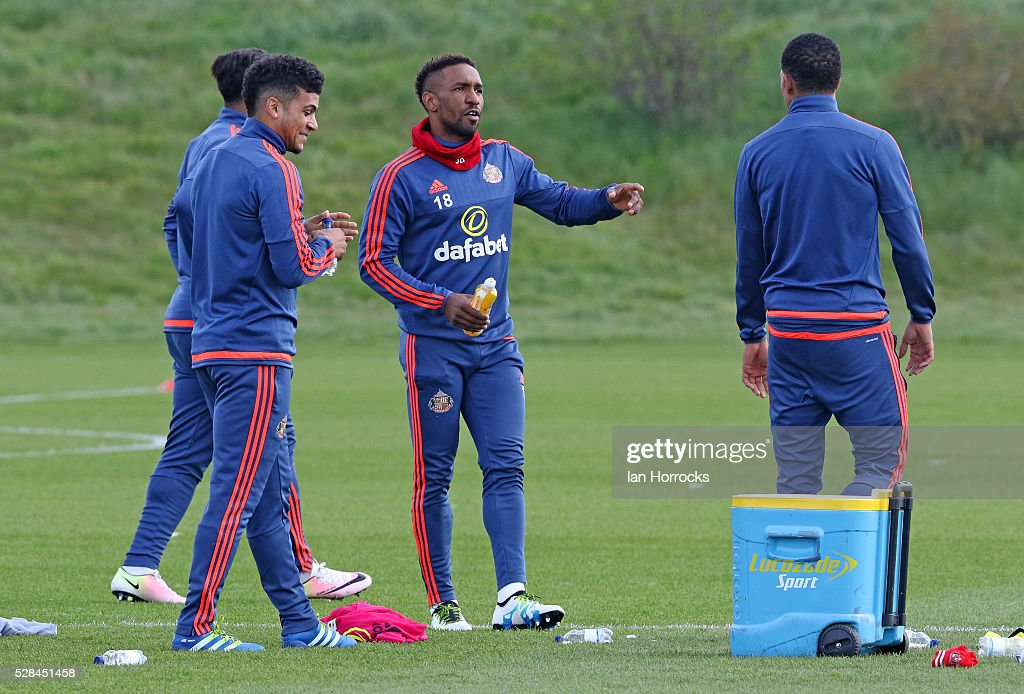 Jermain Defoe (C) during a Sunderland training session at The Academy of Light on May 5, 2016 in Sunderland, England.