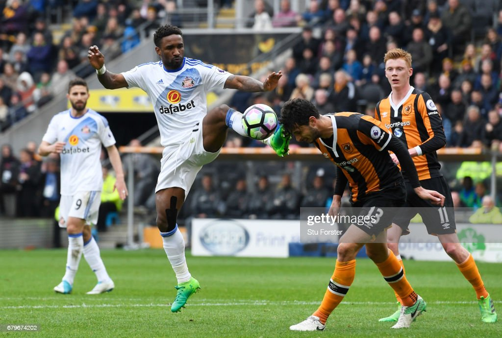 Jermain Defoe of Sunderland and Andrea Ranocchia of Hull City compete for the ball during the Premier League match between Hull City and Sunderland at the KCOM Stadium on May 6, 2017 in Hull, England.