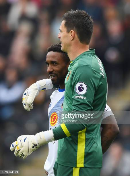 Jermain Defoe of Sunderland and Eldin Jakupovic of Hull City embrace during the Premier League match between Hull City and Sunderland at the KCOM...