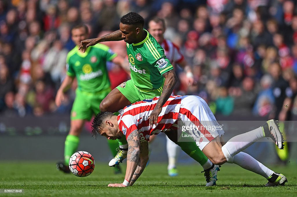 Jermain Defoe of Sunderland and Geoff Cameron of Stoke City compete for the ball during the Barclays Premier League match between Stoke City and Sunderland at the Britannia Stadium on April 30, 2016 in Stoke on Trent, England.