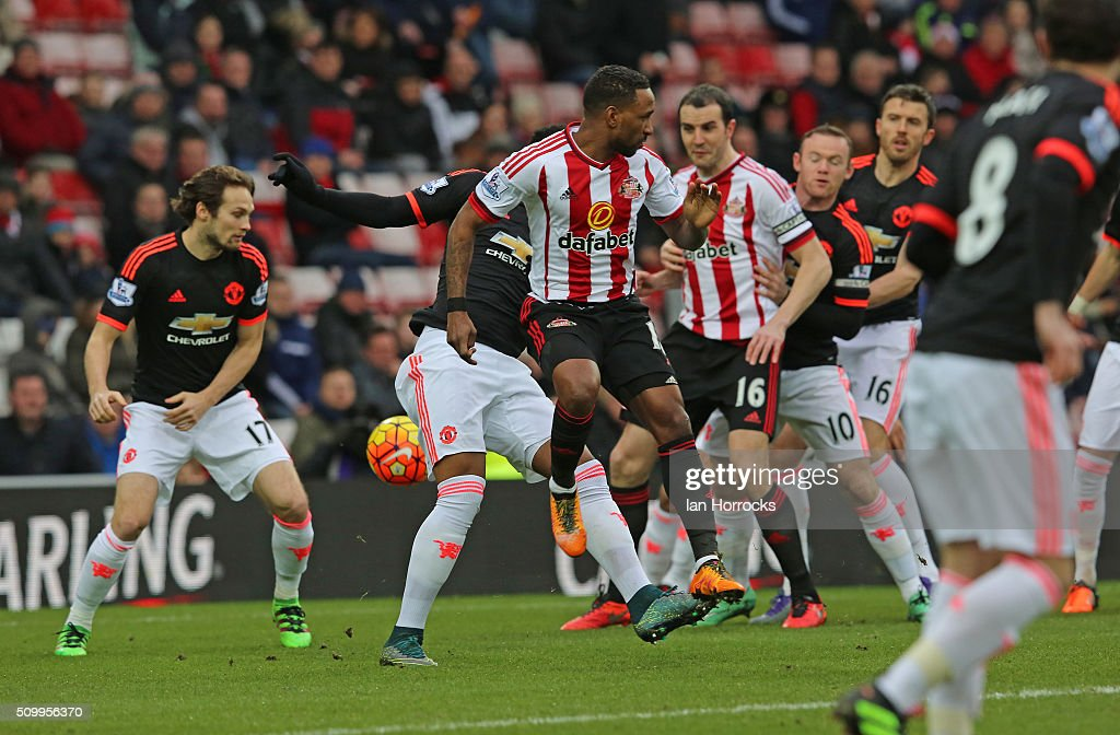 <a gi-track='captionPersonalityLinkClicked' href=/galleries/search?phrase=Jermain+Defoe&family=editorial&specificpeople=171106 ng-click='$event.stopPropagation()'>Jermain Defoe</a> of Sunderland (C) appears to get a flick on a Wahbi Khazri free kick leading to the first goal during the Barclays Premier match between Sunderland and Manchester United at the Stadium of Light on February 13, 2016 in Sunderland, England.