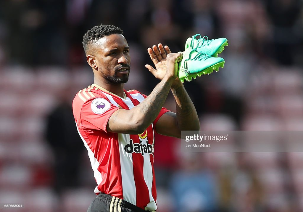 Jermain Defoe of Sunderland applauds the fans at the end of the match during the Premier League match between Sunderland and Swansea City at Stadium of Light on May 13, 2017 in Sunderland, England.
