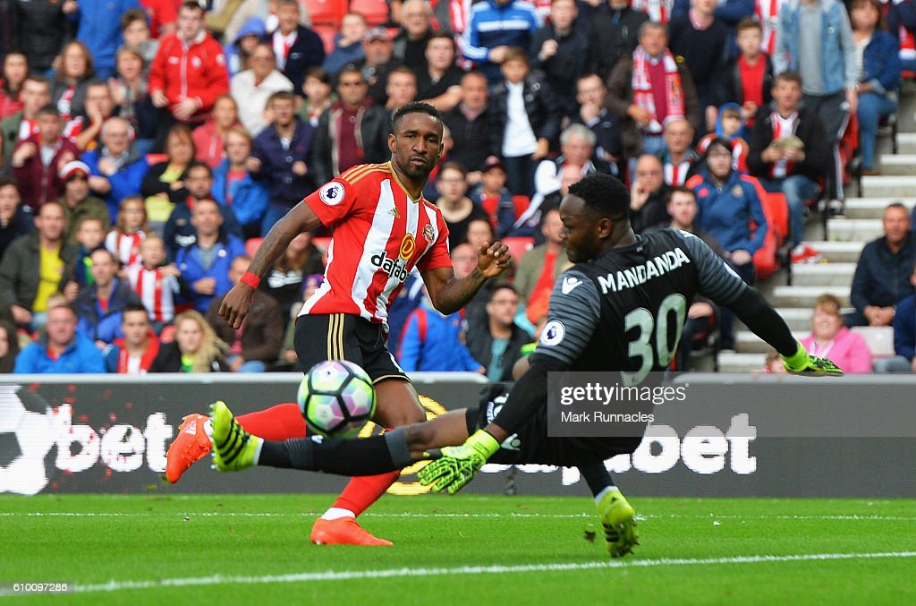 Jermain Defoe of Sunderland (C) scores his sides first goal past Steve Mandanda of Crystal Palace during the Premier League match between Sunderland and Crystal Palace at the Stadium of Light on September 24, 2016 in Sunderland, England.