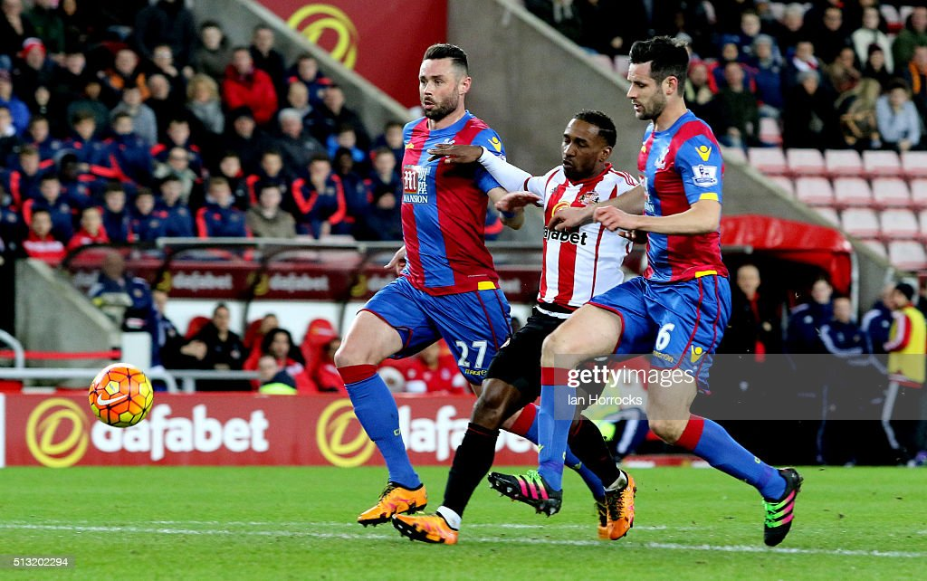 Jermain Defoe of Sunderland (C) tries to force his way through the the Palace defence during the Barclays Premier League match between Sunderland and Crystal Palace at the Stadium of Light on March 01, 2016 in Sunderland, England.