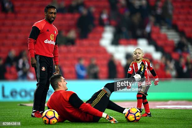 Jermain Defoe of Sunderland warms up with Bradley Lowrey and Vito Mannone of Sunderland prior to kick off during the Premier League match between...