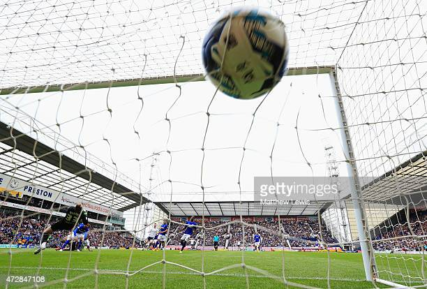Jermaine Beckford of Preston North End shoots past goalkeeper Joe Murphy of Chesterfield to score their first goal during the Sky Bet League One...