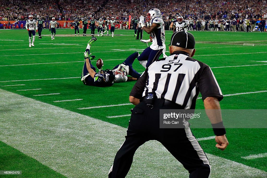 Jermaine Kearse of the Seattle Seahawks makes a catch in the fourth quarter against the New England Patriots during Super Bowl XLIX at University of...