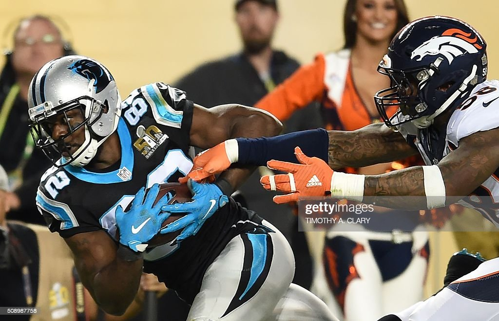 Jerrichho Cotchery (L) of the Carolina Panthers is pursued by Von Miller (R) of the Denver Broncos during Super Bowl 50 at Levi's Stadium in Santa Clara, California February 7, 2016. / AFP / TIMOTHY A. CLARY