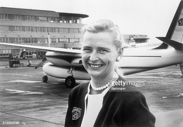 Jerrie Cobb part of a nonNASA project to give women the same training as Mercury astronauts is shown as she arrived at Greater Pittsburgh Airport In...