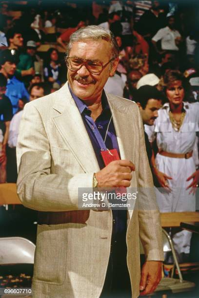 Jerry Buss smiles from the sidelines circa 1985 at the Great Western Forum in Inglewood California NOTE TO USER User expressly acknowledges and...