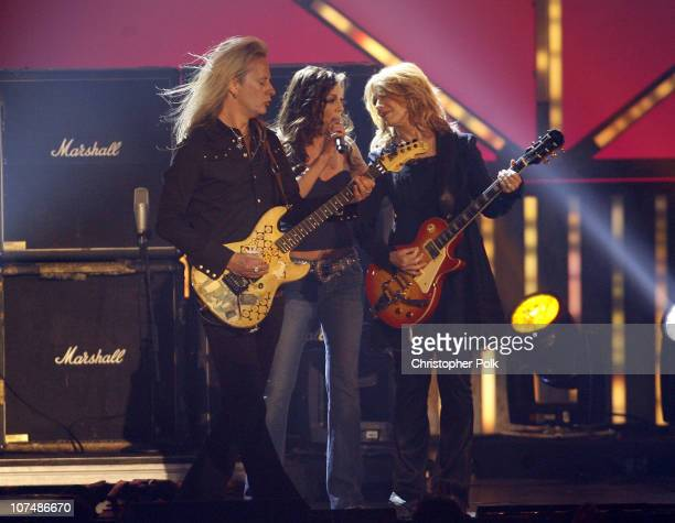 Jerry Cantrell of Alice in Chains and Gretchen Wilson perform with Nancy Wilson of Heart