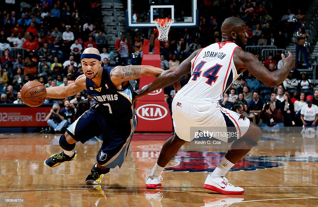 Jerryd Bayless #7 of the Memphis Grizzlies drives around Ivan Johnson #44 of the Atlanta Hawks at Philips Arena on February 6, 2013 in Atlanta, Georgia.