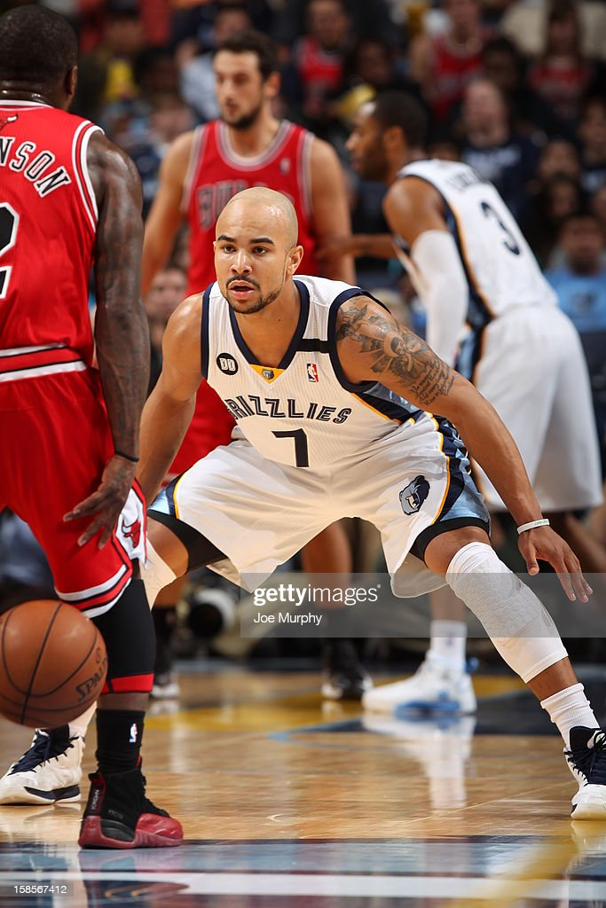 <a gi-track='captionPersonalityLinkClicked' href=/galleries/search?phrase=Jerryd+Bayless&family=editorial&specificpeople=4216027 ng-click='$event.stopPropagation()'>Jerryd Bayless</a> #7 of the Memphis Grizzlies guards <a gi-track='captionPersonalityLinkClicked' href=/galleries/search?phrase=Nate+Robinson&family=editorial&specificpeople=208906 ng-click='$event.stopPropagation()'>Nate Robinson</a> #2 of the Chicago Bulls as he brings the ball up court on December 17, 2012 at FedExForum in Memphis, Tennessee.