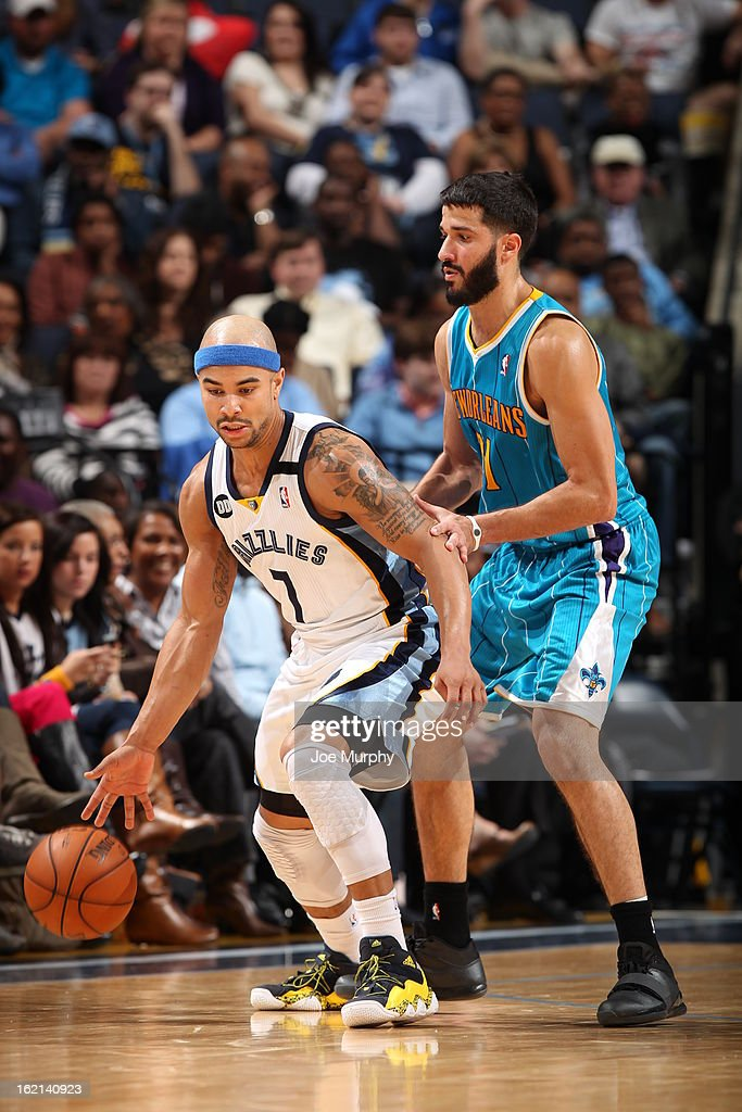 <a gi-track='captionPersonalityLinkClicked' href=/galleries/search?phrase=Jerryd+Bayless&family=editorial&specificpeople=4216027 ng-click='$event.stopPropagation()'>Jerryd Bayless</a> #7 of the Memphis Grizzlies handles the ball against <a gi-track='captionPersonalityLinkClicked' href=/galleries/search?phrase=Greivis+Vasquez&family=editorial&specificpeople=4066977 ng-click='$event.stopPropagation()'>Greivis Vasquez</a> #21 of the New Orleans Hornets on January 27, 2013 at FedExForum in Memphis, Tennessee.