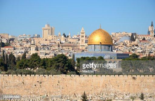 エルサレムの街並みの眺めから実装のオリーブ