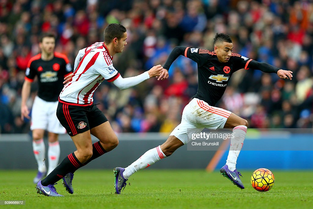 <a gi-track='captionPersonalityLinkClicked' href=/galleries/search?phrase=Jesse+Lingard&family=editorial&specificpeople=7601596 ng-click='$event.stopPropagation()'>Jesse Lingard</a> of Manchester United controls the ball under pressure of <a gi-track='captionPersonalityLinkClicked' href=/galleries/search?phrase=Jack+Rodwell&family=editorial&specificpeople=4266551 ng-click='$event.stopPropagation()'>Jack Rodwell</a> of Sunderland during the Barclays Premier League match between Sunderland and Manchester United at the Stadium of Light on February 13, 2016 in Sunderland, England.