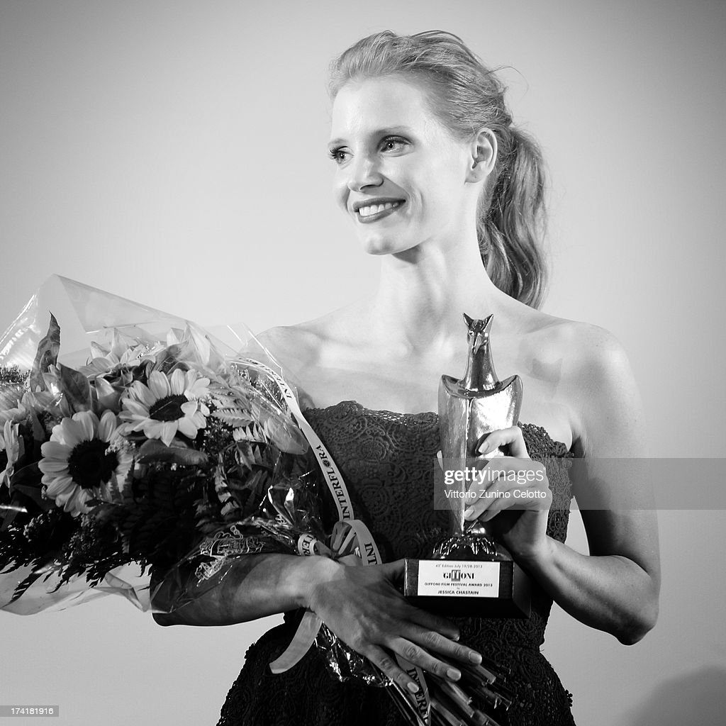 Jessica Chastain poses with the Giffoni Experience Award during 2013 Giffoni Film Festival press conference on July 21, 2013 in Giffoni Valle Piana, Italy.