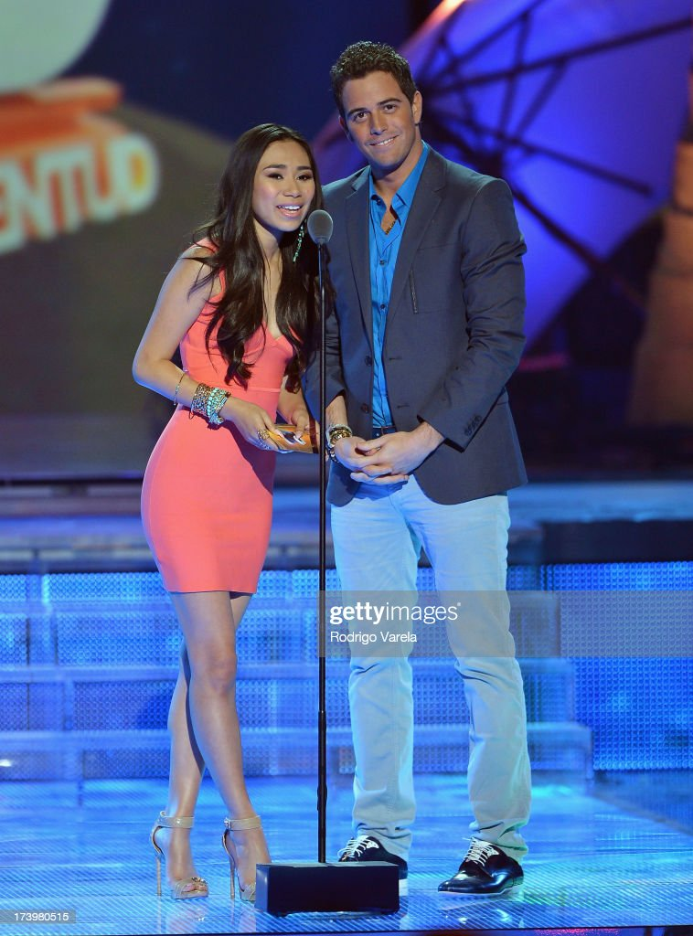 <a gi-track='captionPersonalityLinkClicked' href=/galleries/search?phrase=Jessica+Sanchez&family=editorial&specificpeople=4373400 ng-click='$event.stopPropagation()'>Jessica Sanchez</a> and Mane de la Parra speak onstage during the Premios Juventud 2013 at Bank United Center on July 18, 2013 in Miami, Florida.
