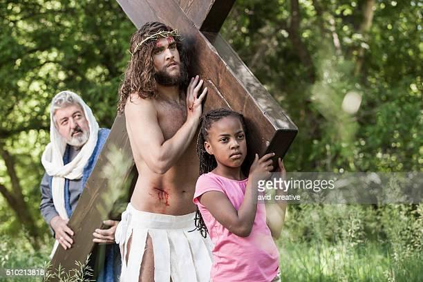 Jesús ajudar menina e apóstolo para continuar a Cruz