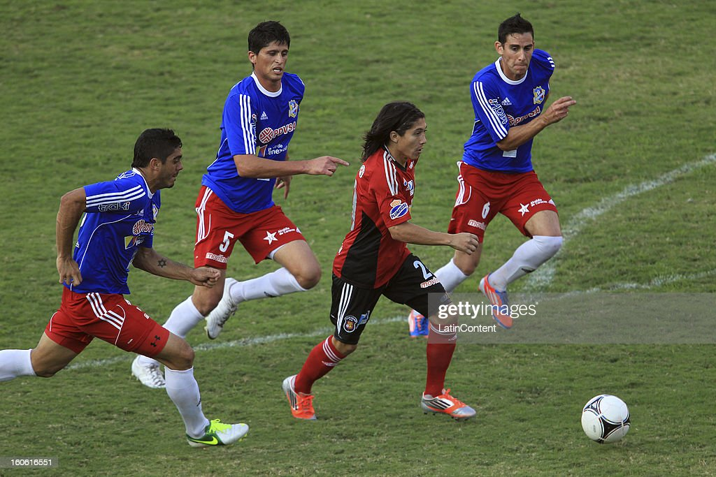 Jesus Meza (C) of Caracas FC controls the ball during a match between Caracas FC and Atletico Venezuela as part of the Torneo Clausura 2013 at Brigido Iriarte Stadium on February 03, 2013 in Caracas, Venezuela.