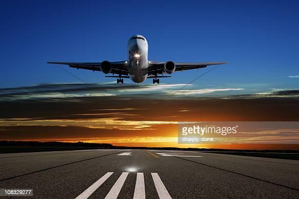 XL jet-Flugzeug Landung bei Sonnenuntergang