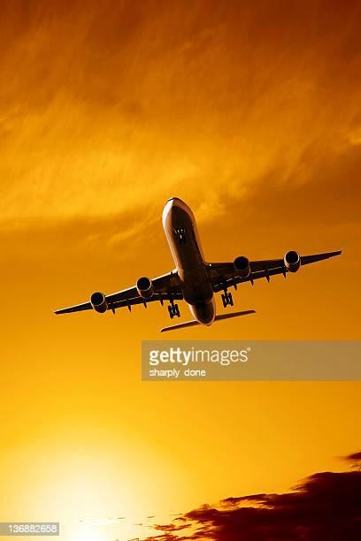 jet Avion atterrissant au coucher du soleil