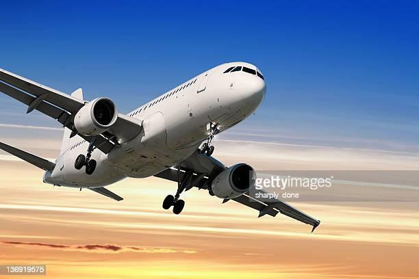 jet Passagierflugzeug Landung bei Sonnenuntergang