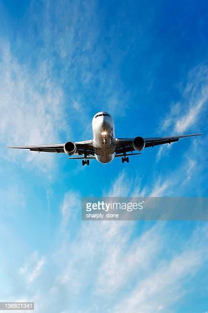 XL jet Avion atterrissant à bright sky