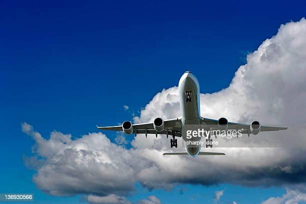 XXL jet Avion atterrissant au ciel nuageux