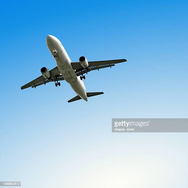 ジェット機着陸、澄んだ空