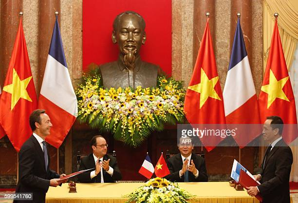Jetstar Pacific CEO Le Hong Ha and Airbus Commercial CEO Fabrice Bregier prepare to exchange signed contracts as France's President Francois Hollande...