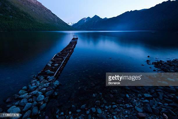 Jetée et pierres sur la rive du lac Multinskoe