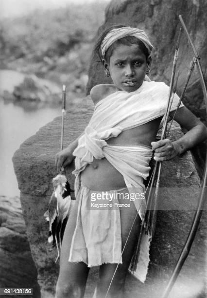 Jeune chasseur tenant un arc et une flèche en Inde le 5 avril 1939