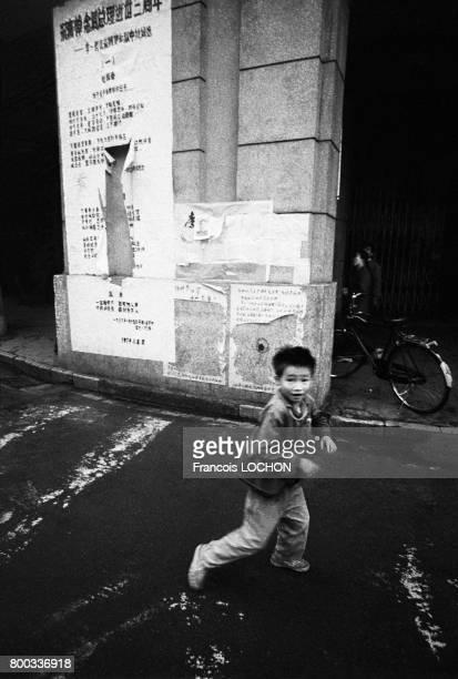 Jeune enfant jouant dans une rue de Pékin en février 1979 en Chine