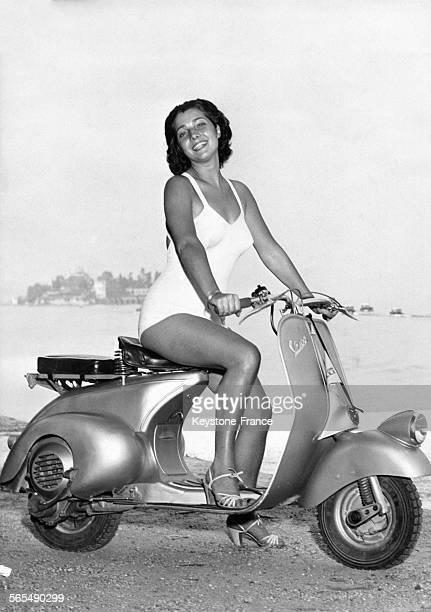 Jeune femme en maillot de bain sur une Vespa Miss Sourire 1948