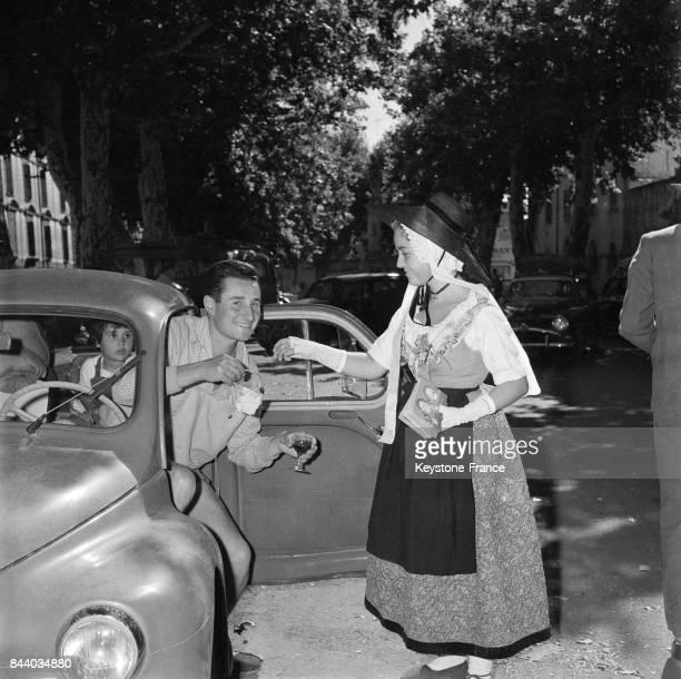 Jeune femme offrant un verre de vin à un touriste en voiture lors de l'opération 'Coup de l'étrier' pour mieux faire connaître les produits de la...
