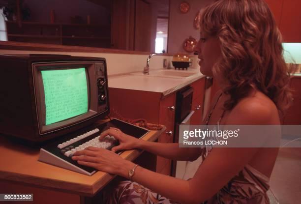 Jeune femme travaillant sur un ordinateur dans une des pièces de la Maison du Futur érigée par la Fondation Frank Lloyd Wright en Arizona et...
