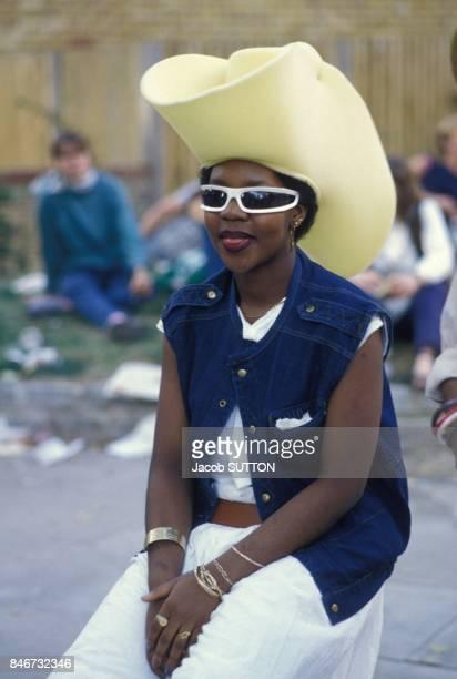 Jeune fille coiffee d'un grand chapeau de cowboy au Carnaval antillais de Notting Hill le 28 aout 1983 a Londres RoyaumeUni